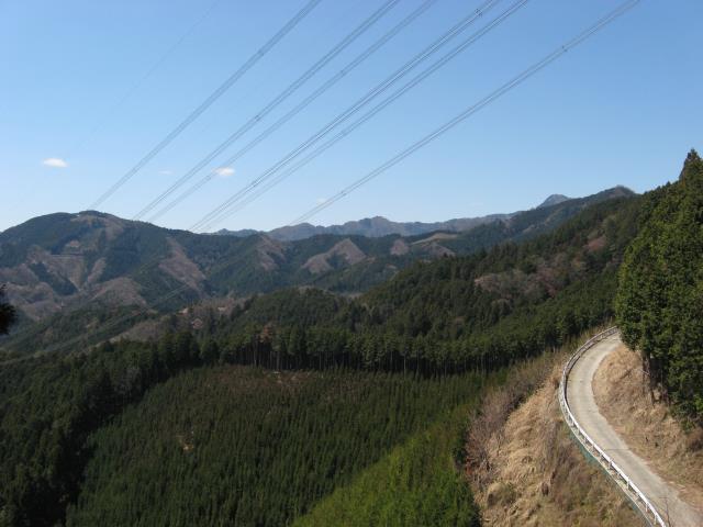 手すりのある眺めのよい登山道からの眺め