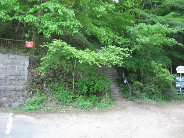 鎌北湖第一駐車場内にある登山口