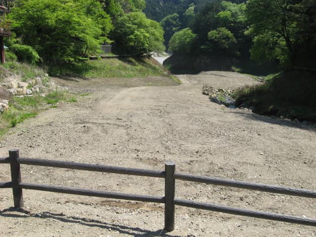 水が抜かれた鎌北湖
