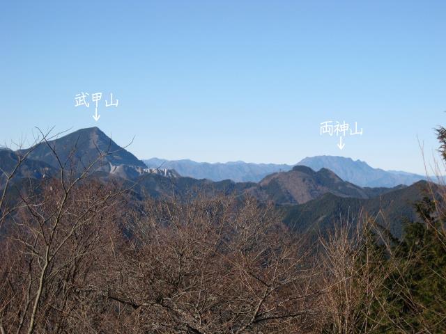 関八州見晴台の山頂から見た武甲山と両神山