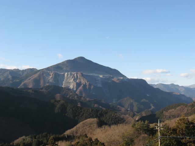 あしがくぼ果樹公園内の車道から見える武甲山