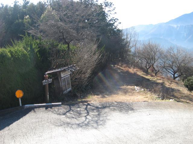 舗装道路から登山道へ