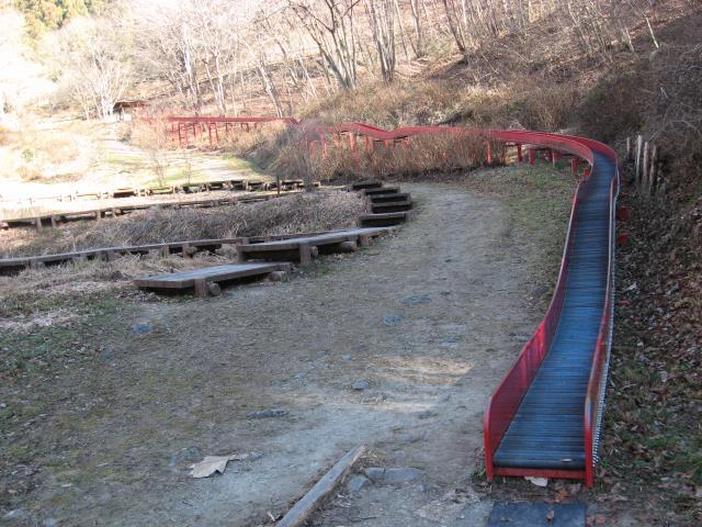 農村公園内にあるローラー滑り台