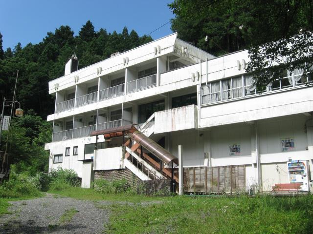 鎌北湖レイクビューの白い建物が見えてくる